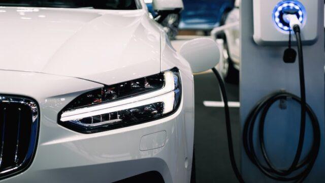電気自動車の充電スタンドを自宅に取り付ける場合の設置費用について